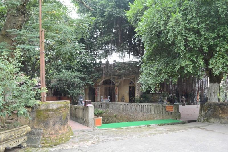 Giếng Ngọc nằm ngay cửa Đền Cùng.