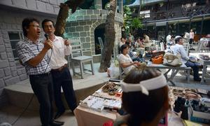 Chợ 've chai' cuối tuần giữa lòng Sài Gòn