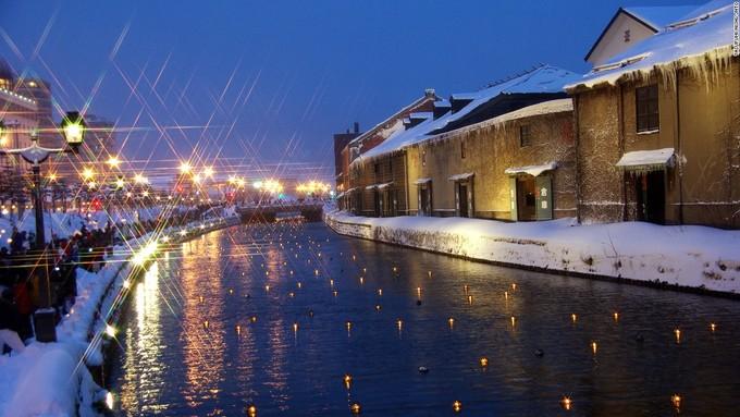 <p> Vào tháng 2, khi diễn ra lễ hội Con đường ánh sáng tuyết Otaru ởHokkaido, hàng trăm ngọn nến được thắp trên con kênh trong thành phố. Cùng với đèn lồng và những bức tượng tuyết, nơi đây lung linh như trong truyện cổ tích.</p>