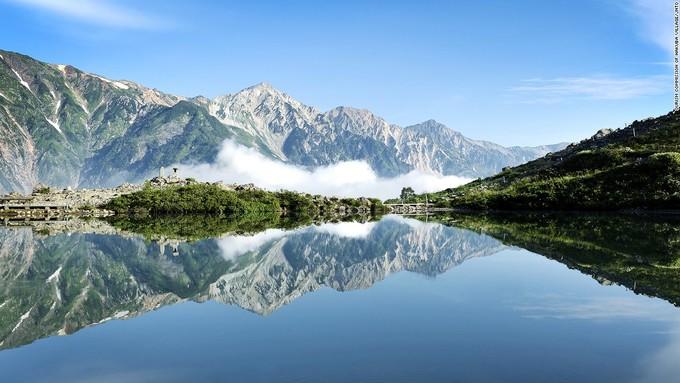 <p> Hồ Happo thuộc tỉnh Naganođược bao bọc bởi các dãy núi và nằm ở độ cao 2.060m so với mực nước biển. Với diện tích khá nhỏ, Happo sở hữu vẻ đẹp tựa thiên đườngbởi mặt hồ phẳng lặng quanh năm soi bóng những đỉnh núi cao hơn 3.000m.</p>