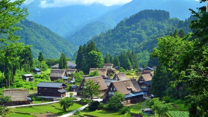 <p> Ainokura là ngôi làng cổ nổi tiếng của Nhật Bản được UNESCO công nhận là di sản thế giới. Ngôi nhà theo phong cách truyền thốnggassho cổ nhất đã ở đây khoảng 400 năm. Đến đây, du khách được chiêm ngưỡng nghệ thuật kiến trúc của người Nhật xưa với những mái nhà không dùng đinh cùng thiết kế dốc đứng để ngăn sự tích tụ của nước mưa và tuyết.</p>