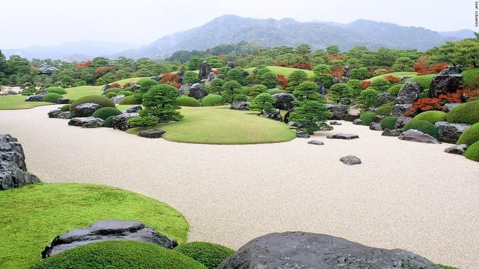 <p> Khu vườn trong Bảo tàng nghệ thuật Adachi ở Shimaneđược coi là bức tranh sống động về Nhật Bản và là một trong những vườn đẹp nhất ở đất nước mặt trời mọc. Ông Adachi Zenko thành lập bảo tàng năm 1980 để thỏa niềm đam mê với cả nghệ thuật và vườn Nhật Bản.</p>