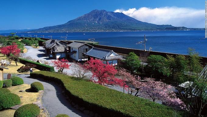 <p> VườnSenganen nằm dọc bờ biển phía bắc trung tâm thành phố Kagoshima. Nơi đây được ví như một Nhật Bản thu nhỏ với những dòng suối, ao nhỏ, đền thờ và cả một khu rừng tre. Từ đây,du khách có thể nhìn ra núi lửa Sakurajima và vịnh Kagoshima.</p>