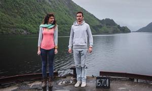 Cặp đôi bỏ việc, đi du lịch và dọn vệ sinh kiếm sống