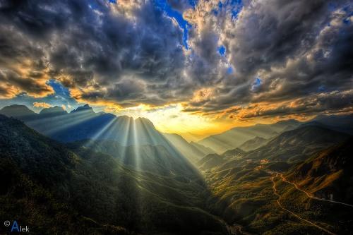 Đỉnh Ô Quy Hồ: Cùng nằm trên đường đi Lai Châu, qua thác Bạc và thác Tình Yêu bạn sẽ được ghé thăm đỉnh đèo Ô Quy Hồ, một trong tứ đại danh đèo của núi rừng phía Bắc. Đứng trên đỉnh đèo bạn sẽ nhìn thấy những con đường uống lượn nối liền hai tỉnh Lào Cai và Lai Châu. Cạnh đó là dãy Hoàng Liên Sơn hùng vỹ. Ảnh: Quân Alek