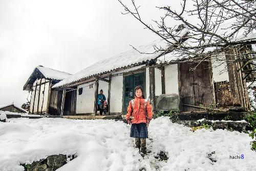 Ngắm tuyết: Bởi tuyết là một khái niệm quá đỗi& xa vời ở Việt Nam, thế nên, ai đến Sapa mùa đông cũng mang trong mình một& giấc mơ tuyết trắng. Ai cũng muốn được một lần ngắm tuyết mà chẳng phải đi Pháp, đi Anh. Ai cũng muốn được vo tròn từng cục tuyết trong tay rồi ném nhau như lũ trẻ nước ngoài. Ai cũng mong được nhìn những hạt tuyết rơi đậu trên lá cây, trên mái nhà, tựa như trong một bộ phim Hàn Quốc được quay vào mùa đông. Một mong mỏi rất đỗi trong sáng, hồn nhiên và& hoàn toàn có thể được thỏa mãn khi đến thăm Sapa vào những ngày lạnh nhất.