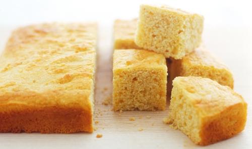 Bánh ngô  Mặc dù là món ăn yêu thích trong suốt cả năm, bánh ngô được người dân đặc biệt ưa chuộng trong dịp năm mới tại Mỹ. Màu sắc của chúng trông giống màu của vàng. Để có thêm nhiều may mắn, nhiều người cho thêm các loại hạt vào bên trong bánh, tượng trưng cho những thỏi vàng.