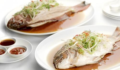 Cá  Với người Trung Quốc, chữ cá được phát âm giống từ sung túc. Vì lí do đó, người dân đất nước này hay sử dụng cá trong dịp năm mới. Những con cá được chế biến cả phần đầu và phần đuôi với hy vọng cho một năm đầy đủ, viên mãn từ đầu tới cuối.