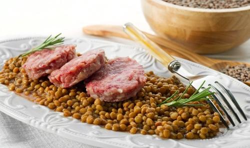 Đậu lăng  Người dân Italy thường thưởng thức Cotechino con lenticchie (đậu lăng xanh với xúc xích) trong dịp năm mới vì màu sắc và hình dạng giống những đồng xu của chúng. Theo truyền thống, khi nấu, đậu lăng nở ra trong nước biểu trưng cho sự phát triển. Đậu lăng cũng được coi là món ăn may mắn tại Hungary và thường được chế biến thành các món súp.