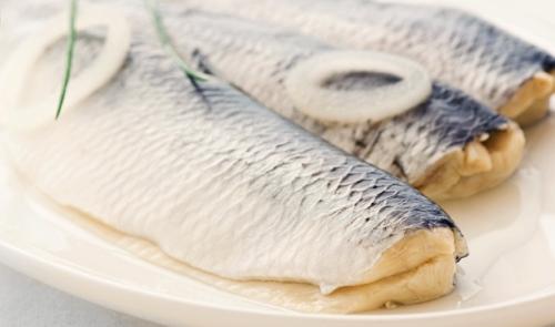 Cá trích  Tại Đức, Ba Lan và Scandinavia, nếu bạn ăn cá trích vào thời điểm chuông đồng hồ điểm 12 tiếng, bạn sẽ có một năm đủ đầy, sung túc. Bên cạnh đó, màu sắc ánh bạc của cá trích trông giống những đồng xu, biểu trưng cho sự giàu có trong tương lai.