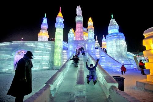 Công trình băng tuyết được thắp sáng rực rỡ và thu hút đông khách du lịch. Ảnh: thegoldenscope