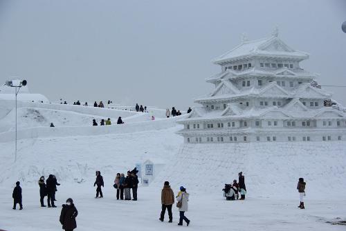 Lâu đài Nhật Bản được dựng lên từ nhiều tấn tuyết. Ảnh: gadgetace