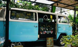 Tiệm bánh trên chiếc xe bus màu xanh ở Sài Gòn