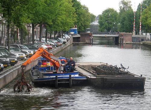 nghe-cau-xe-dap-duoi-long-kenh-amsterdam