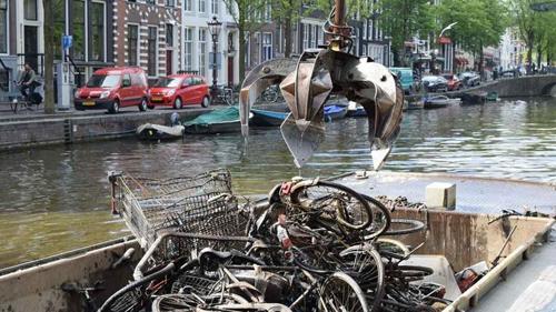 nghe-cau-xe-dap-duoi-long-kenh-amsterdam-1