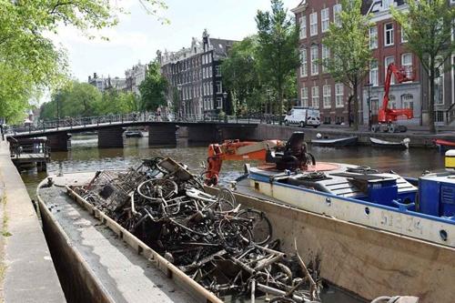nghe-cau-xe-dap-duoi-long-kenh-amsterdam-2