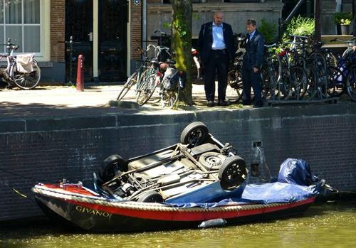 nghe-cau-xe-dap-duoi-long-kenh-amsterdam-4