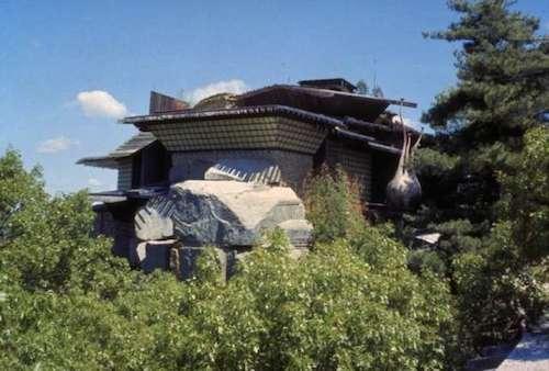 House on the Rock (Ngôi nhà trên đá) là một điểm thu hút khách du lịch cực kỳ nổi tiếng ở vùng nông thôn Wisconsin, khoảng một giờ đi về phía tây Madison, Iowa County. Đây là nơi trưng bày rất nhiều đồ cổ, các hiện vật quý giá từ những năm đầu thế kỷ 20, cùng nhiều đồ vật kỳ lạ và ghê rợn, là sản phẩm của trí tưởng tượng con người. Ảnh: Wisdells.