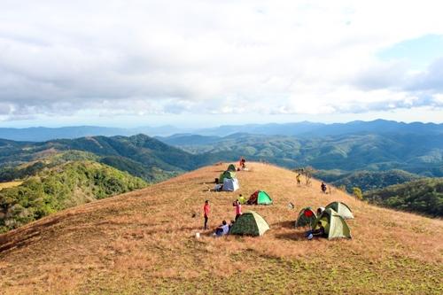 Cắm trại trên đỉnh đồi Tà Năng. Ảnh: Trung Hào.