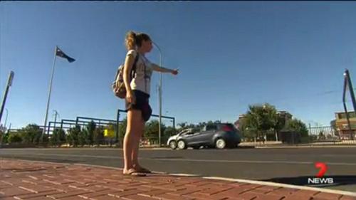 Luciel, 23 tuổi, đang tìm một chiếc xe để đi nhờ đến Melbourne, Australia vào tuần trước thì một người đàn ông đứng tuổi chủ động mở lời cho cô quá giang.