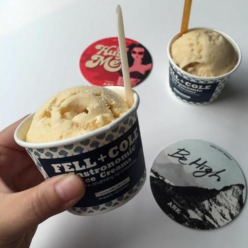 Fell + Cole  Fell + Cole là quán kem ngon nổi tiếng tại Hongdae với nhiều hương vị hấp dẫn, dành riêng cho cả người ăn chay và thú cưng. Quán cũng phục vụ những hương vị truyền thống Hàn Quốc như Makgeolli (rượu ngọt), vanilla miso hoặc lá tía tô. Bánh sandwich kem cũng là một điểm ấn tượng cho những người yêu kem khi tới Fell + Cole.