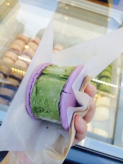 Foot Long Ice-cream  Một trong những cửa hàng kem được yêu thích với người dân Seoul là foot long ice-creams tại Myeongdong. Que kem được xếp tầng cao với nhiều hương vị như socola, vanilla, trà xanh, sữa, dâu tây và sữa chua. Được bày bán nhiều tại các quầy chuyên bán đồ ăn đường phố nên quán mở khá muộn, phù hợp cho những buổi tối đi dạo của du khách.