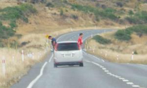 Du khách bị phạt vì tè qua cửa sổ ô tô ở New Zealand