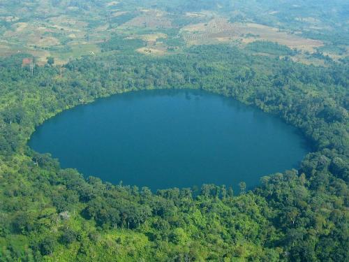 Hồ núi lửa Yeak Laom là điểm đến tâm linh của người dân Khmer có niên đại hơn 700.000 năm tuổi. Ảnh: Wikipedia.