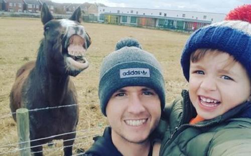 David Bellis đang đưa Jacob, cậu con trai nhỏ của anh, tới chơi tại một trang trại nhỏ tại Prestatyn, miền Bắc xứ Wales. Đây là nơi hai cha con vẫn đến thăm nom và cho ngựa, lợn và những con vật khác ăn. David quyết định chụp lại một tấm ảnh để khoe với mẹ Rhian xem hai cha con đã chơi vui thế nào, chú ngựa đứng gần đã không ngần ngại nhập cuộc.