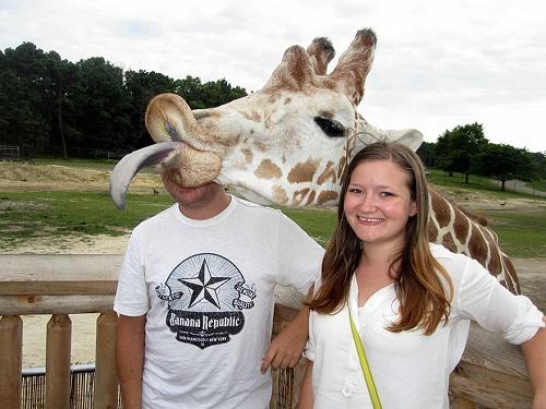 Trong chuyến tham quan vườn thú, cặp tình nhân này muốn chụp hình lưu niệm cùng chú hươu cao cổ, song dường như con vật cao lớn không hề muốn người bạn trai xuất hiện trong ảnh.