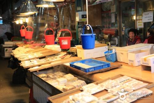 Các nhà hàng ở đây sẽ phục vụ bạn món sashimi (gỏi cá sống) tuyệt hảo với giá rất dễ chịu. Vào mùa đông, du khách có thể thưởng thức món gwamegi, đặc sản của vùng Pohang.