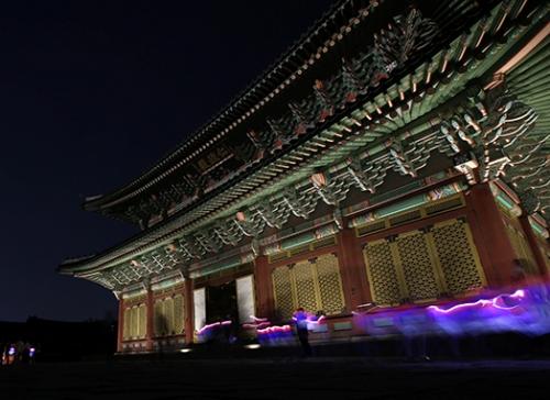 tour-tham-quan-cung-dien-han-quoc-vao-ban-dem