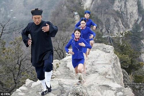 nu-tiep-vien-hang-khong-luyen-kungfu-tren-nui-de-hut-khach