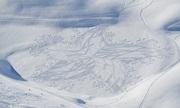 Người đàn ông vẽ tranh bằng nghìn dấu chân trên tuyết