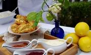Đại sứ Anh trổ tài làm bánh từ hoa bưởi
