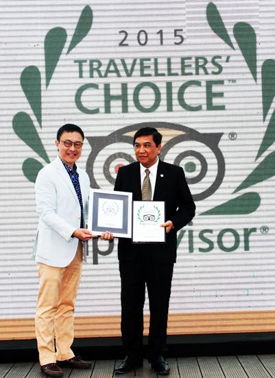 Đại diện của TripAdvisor trao giải cho Chủ Tịch UBND Thành phố Nha Trang.