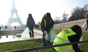 Hướng dẫn viên Nhật Bản tự nguyện dọn rác ở Paris