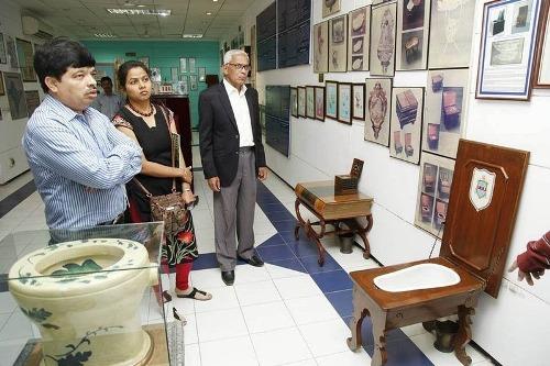 Bảo tàng Sulabh nằm trong khu văn phòng của tổ chức, lần theo lịch sử phát triển của hệ thống toilet trên toàn thế giới. Nơi đây trưng bày từ loại nhà vệ sinh làm bằng gạch của người Harappan cổ xưa xây gần Pakistan thời Trung Cổ cho tới những toilet thời hiện đại với hệ thống xả nước tự động. Ngoài ra, bảo tàng có cả chuỗi các xí bệt, loại chậu đựng nước tiểu, đồ đạc trong nhà vệ sinh, chậu rửa, bệt xí và rất nhiều tài liệu như tranh, ảnh, đồ họa. Bên trong bảo tàng nhỏ còn có các loại toilet mới sử dụng nhiều công nghệ hiện đại.