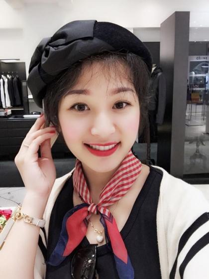 """Chị Dương Quỳnh Tâm (30 tuổi), hiện sống và làm công việc kinh doanh nhỏ tại Singapore cùng gia đình, có vẻ ngoài xinh xắn chẳng kém gì một hot girl. Đã lập gia đình nhưng chị Tâm vẫn thu xếp công việc lẫn việc nhà để thỏa mãn đam mê du lịch của mình. Hầu như tháng nào chị cũng """"xách vali lên đường"""" 2-3 lần. Một năm, người mẹ xinh đẹp chu du khoảng 30 lần - con số khiến nhiều người, ngay cả phụ nữ độc thân - cũng phải giật mình."""