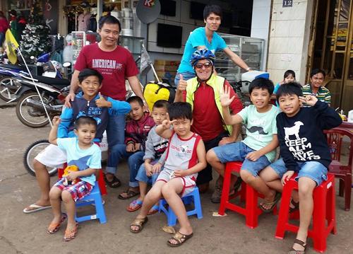 Bác Grum bên các em bé Việt Nam.