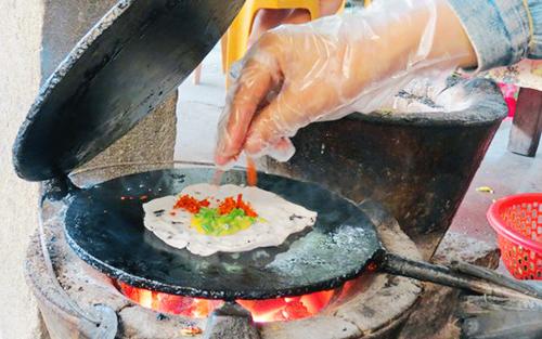 Bánh ép là sự biến tấu từ nguyên liệu chính là bột lọc và nhiều thứ nhân khác nhau như thịt bò khô, ba tê, thịt, trứng. Ảnh: baomoi