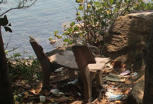 Rác nằm la liệt trong khu du lịch Ghềnh Ráng.