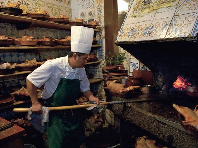 Lợn sữa quay trứ danh trong nhà hàng lâu đời nhất thế giới