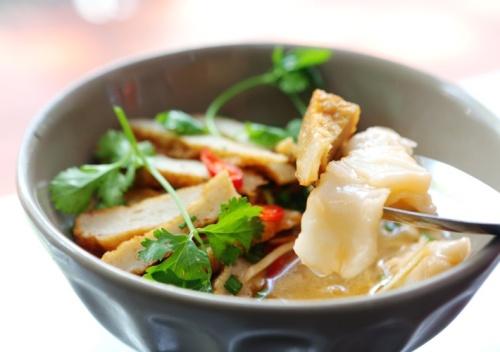 Bánh canh  Bánh canh Nha Trang ngon đặc biệt nhờ nước dùng được nấu từ các loại cá biển nên ngọt đậm đà, chả cá cũng được quết từ cá tươi nên dai mịn, mềm và ngọt vị cá. Thêm vào đó, bánh canh Nha Trang còn ăn kèm với cá dầm. Ăn một tô bánh canh chả cá với cá ngừ hoặc cá thu dầm, thêm một tí mắm ớt cay Nha Trang, bạn mới cảm nhận hết hương vị ẩm thực miền biển.  Địa chỉ tham khảo:  Quán bánh canh Bà Thừa 55 Yersin  Quán bánh canh Phúc 53 Vân Đồn  Quán bánh canh cô Hà 14 Phan Chu Trinh  Quán bánh canh ngay ngã 3 Thống Nhất + Bà Triệu