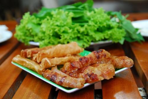 Nem nướng  Một món ăn đặc sắc du khách nên thử khi tới du lịch Nha Trang là nem nướng. Nem nướng có xuất xứ từ Ninh Hòa nhưng ngày nay đã trở thành món ăn phổ biến ở Nha Trang và trở thành món ăn mà bất kì khách du lịch nào cũng hào hứng muốn được khám phá.  Nguyên liệu cho một phần nem nướng khá cầu kỳ, bao gồm thịt băm lụi, bánh tráng chiên giòn cùng các loại rau ăn kèm. Rau ăn kèm nem nướng kể sơ sơ cũng phải có cả gần chục loại, đủ vị cay, chua, chát. Tùy theo mùa mà rau có thể gồm diếp cá, hẹ, húng quế, xà lách, dưa leo, chuối chát, khế hoặc xoài non& có nơi còn có thêm dưa chua hoặc hành chua.  Địa chỉ tham khảo:  Quán Nem 25 Lê Hồng Phong  Quán Nem Đặng Văn Quyên 16B Lãn Ông  Quán Nem Đặng Văn Quyên ngã 3 Phan Bội châu với Hàn Thuyên  Quán Nem Nhã Trang 39 Nguyễn Thị Minh Khai