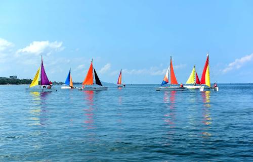 Giải đua thuyền buồm Kiên Giang mở rộng - Phú Quốc 2016 đã được diễn ra trên bãi biển Dinh Cậu vào đầu tháng 5 vừa qua thu hút nhiều chiếc thuyền buồm 2 thân tham dự.  Từ sáng sớm, các chiếc thuyền buồm 2 thân (catamaran) đã neo đậu chỉnh tề chuẩn bị cho cuộc đua.