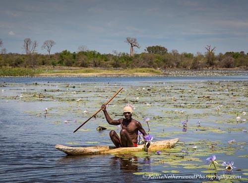 Mặc dù nằm gần đại lục châu Phi nhưng cư dân của Madagascar, người Malagasy lại là hậu duệ của những người di cư Indonesia/Malaysia. Họ được cho là đến vùng đất này từ 2000 năm trước, thông qua các tuyến đường thương mại trên Ấn Độ dương. Người Malagasy tuân theo một số lễ nghi tôn giáo đặc trưng của vùng Đông Nam Á và ăn cơm 3 lần/ngày. Du khách tới đây đều nhận xét người Malagasy thân thiện, vui vẻ và tốt bụng với nụ cười luôn nở trên môi. Họ cất tiếng chào người ngoại quốc dù bạn đến bất kỳ ngôi làng nào ở Madagascar. Ảnh: Kellie Netherwood.