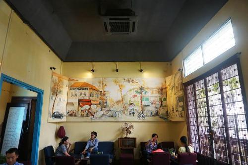1 Người Sài Gòn  Tọa lạc trên con đường một chiều Thái Văn Lung (quận 1), quán cà phê Người Sài Gòn được nhiều người biết đến như một căn nhà quen thuộc để chào đón những vị khách muốn tìm đến sự bình yên. Quán đậm chất Sài Gòn xưa với những mảng tường loang lỗ, cửa gỗ, ti vi đen trắng và cả chiếc xe đạ treo lửng lờ một bên tường. Bạn có thể thư giãn đầu óc, trốn khỏi những bộn bề trong cuộc sống thường nhật trong không gian một không gian tĩnh lặng với những đồ uống đa dạng. Giá trung bình cho các món ăn và thức uống ở đây dao động từ 40.000 đến 80.000 đồng. Ảnh: Bùi Ngọc Hà