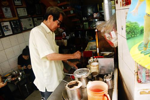 5 Cà phê vợt  Tại Sài Gòn, có thể kể đến quán cà phê Cheo Leo ở chung cư Nguyễn Thiện Thuật hay quán của ông bà Ba ở hẻm 330 đường Phan Đình Phùng. Mỗi quán đều do những người lớn tuổi làm chủ quán. Do vậy, muốn biết thêm những câu chuyện hay ho và hoài niệm về thành phố bạn có thể tìm đến đây. Cái tên cà phê vợt đơn giản được đặt theo tên của dụng cụ pha cà phê. Thay vì thông thường người ta dùng phin hay pha trực tiếp từ bột cà phê, thì cách này sử dụng chiếc vợt bằng vải để lọc cà phê. Cách pha này cũng trải qua nhiều công đoạn kì công, đòi hỏi người làm phải thật tỉ mỉ và am hiểu công thức để cho ra ly cà phê đúng vị. Ảnh: Phong Vinh