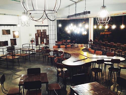 7 Thức coffee  Thức là địa chỉ không còn xa lạ với bất kỳ bạn trẻ nào ở Sài Gòn. Vốn được mệnh danh là thành phố không ngủ, Sài Gòn không chỉ nào nhiệt ban ngày mà còn rộn ràng lúc về đêm. Bạn sẽ không khó để tìm một chốn nghỉ chân lúc nửa đêm. Quán có không gian hiện đại, không quá cầu kỳ thích hợp để bạn trò chuyện hay làm việc thâu đêm. Thử ngồi ở những quán cà phê xuyên đêm cũng là một trong điều thú vị bạn nên thử khi ghé thăm Sài Gòn. Ảnh: Phong Vinh